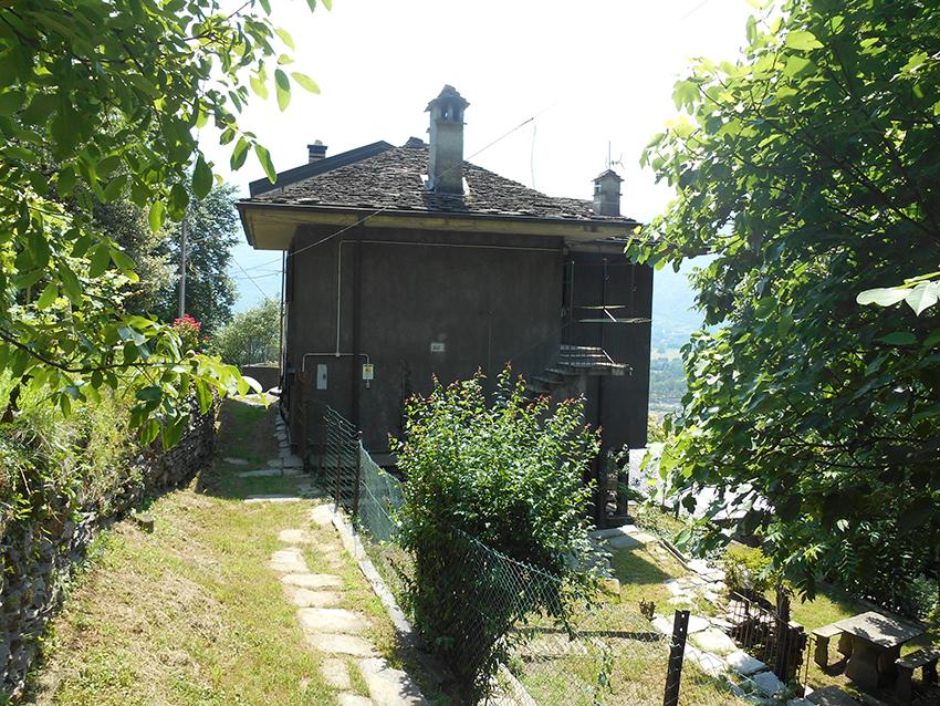 Vogogna casa indipendente con giardino for Casa con 2 camere da letto con seminterrato finito in affitto